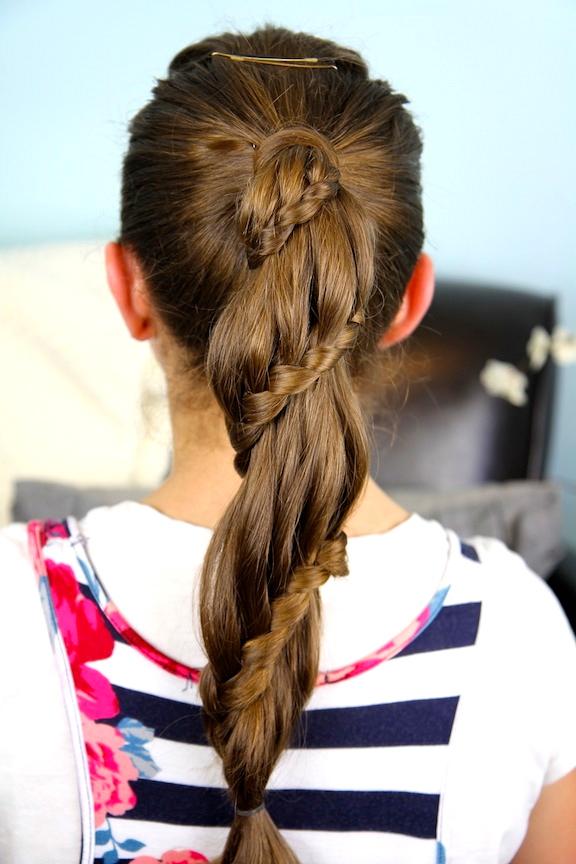 Прическа с лентой в волосах на короткие волосы