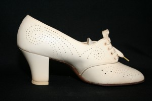 Shoes , 8 Vintage Style Dress Shoes : low heeled shoes with a perforated design