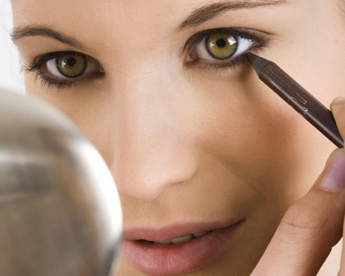 How to apply makeup on small eyes